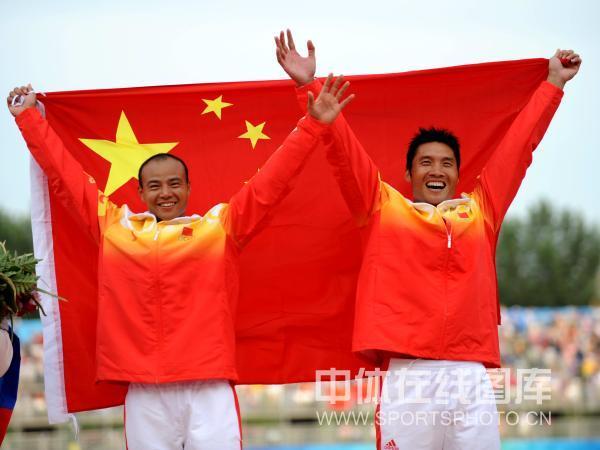 图文-孟关良/杨文军500米划艇卫冕 同展国旗