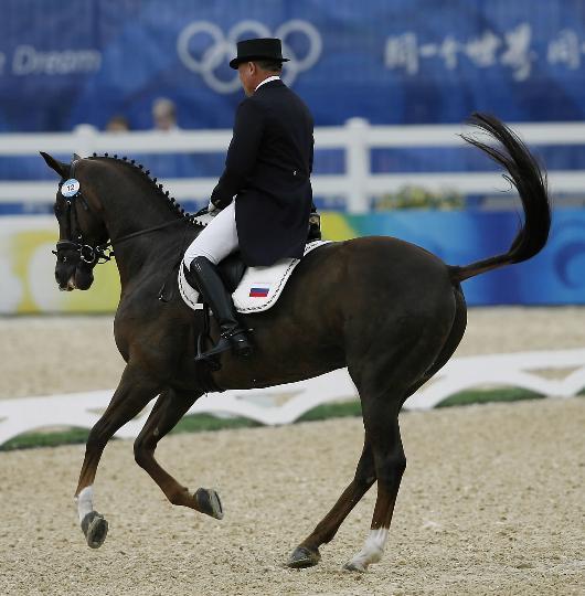 图文-奥运马术比赛三项赛 俄罗斯选手伊戈尔在赛中