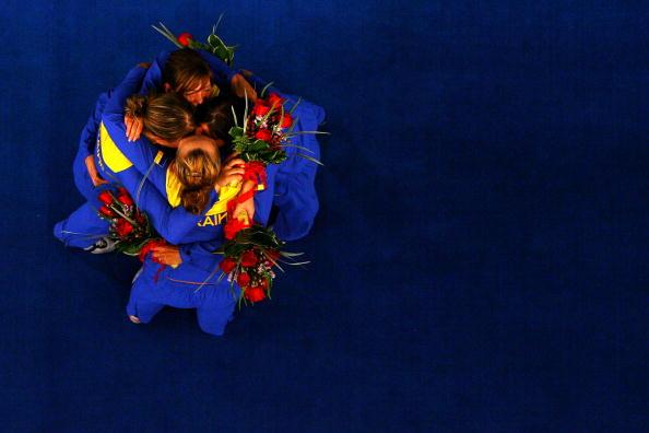 图文-8月14日奥运击剑赛场瞬间 乌克兰队相拥庆祝