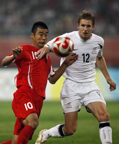 图文-中国国奥1-1新西兰国奥 韩鹏准备抢出一脚