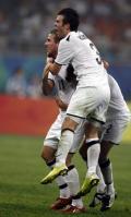 图文-中国国奥1-1新西兰国奥 新西兰队员拥抱庆祝