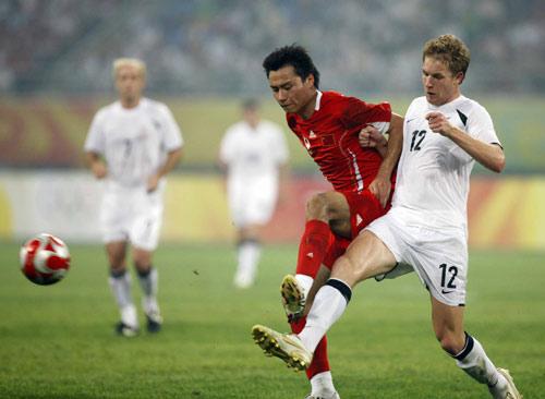 图文-中国国奥1-1新西兰国奥 比比看谁的脚快