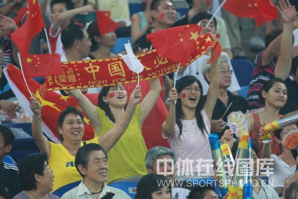 图文-[女足]中国1-1加拿大 观众助威倾情呼喊