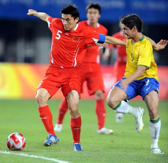 图文-奥运会男足中国0-3巴西 李玮峰比赛中控球