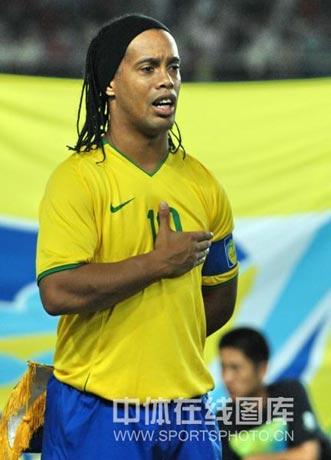 图文-[男足]中国0-3巴西 小罗唱国歌