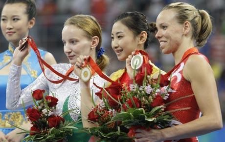图文-中国夺得女子蹦床金牌 前三名展示奖牌