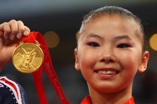 图文-奥运体操女子高低杠决赛 何可欣可爱笑容
