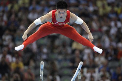 图文-李小鹏获得奥运双杠金牌 李小鹏犹如超人
