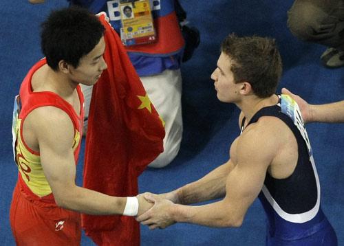 图文-邹凯获得奥运单杠冠军 美国对手上前祝贺