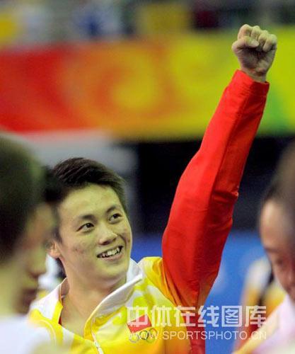 图文-[奥运]蹦床男子个人决赛 向观众挥手