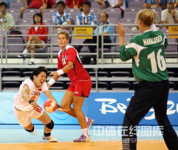 图文-[女子手球]中国23-30挪威 10号遭对手严防