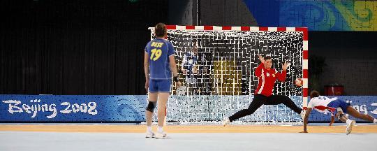 图文-女子手球5-8名排位赛 门将救险不及