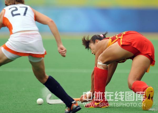 图文-女子曲棍球荷兰vs中国 挥棍溅起水花