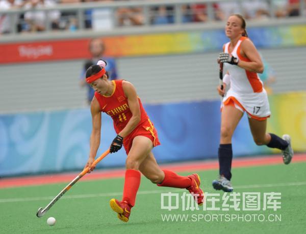 图文-女子曲棍球荷兰vs中国 狂奔小姑娘热追赶