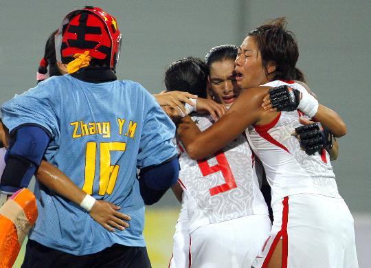 图文-女子曲棍球中国队晋级决赛 队员们紧紧相拥