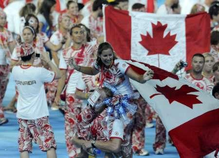 图文-北京奥运会闭幕式 加拿大代表团开心入场