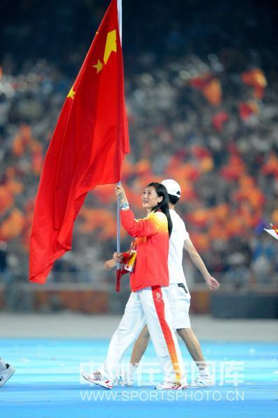 图文-北京奥运会闭幕式现场 张宁举中国国旗入场