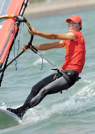 图文-中国选手殷剑获女子帆板冠军 赛前认真训练