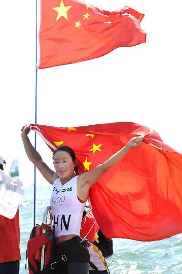 图文-殷剑获女子帆板奥运冠军 披国旗向观众致意