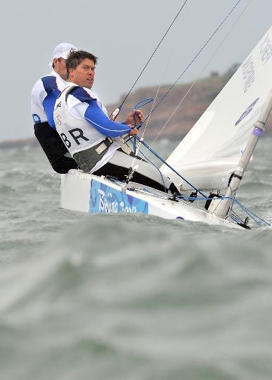 图文-英国获男子龙骨艇星级冠军 目光透出自信