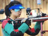 图文-女子十米气步枪进行实战演练 听从教练指导