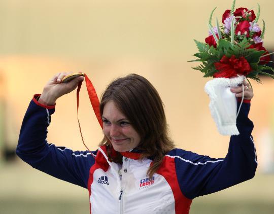 图文-女子10米气步枪颁奖仪式 埃蒙斯手举金牌致意