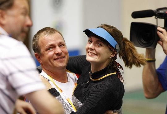 图文-埃蒙斯夺得北京奥运首金 与教练来个合影