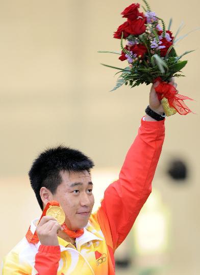 图文-庞伟获男子10米气手枪金牌 庞伟手握金牌