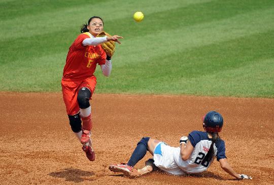 图文-奥运女子垒球中国负美国 杜兰被击杀出局