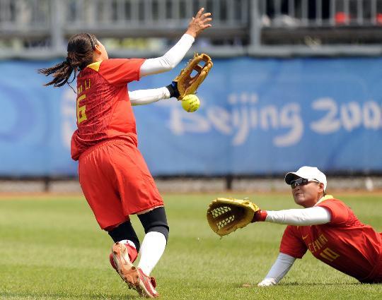 图文-奥运女子垒球中国负美国 张爱比赛中接球失误