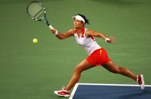图文-女网首轮李娜成功晋级 奋力也要回击这一球