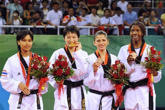 图文-吴静钰获女子49公斤级冠军 喜获奖牌瞬间