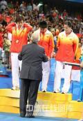 图文-[奥运会]乒球女团决赛 接受金牌大礼