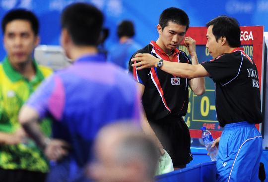 图文-乒乓球男单第三轮 柳承敏比赛中接受教练指导