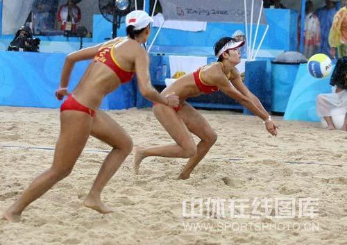 图文-奥运女子沙滩排球决赛赛况 小心翼翼接球