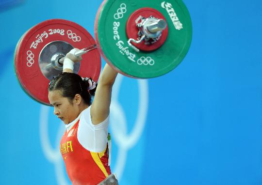图文-女子举重48公斤级决赛 陈燮霞高高举起杠铃