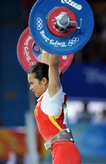 图文-女举48公斤级陈燮霞夺中国首金 面有难色