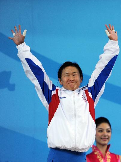 图文-中华台北选手获铜牌 苇绫在颁奖仪式上