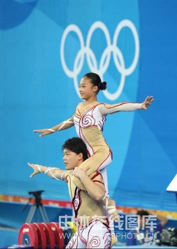 图文-女子举重58公斤级陈艳青夺得金牌 飞天双子