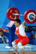 图文-男子举重62公斤级张湘祥夺金 轻松举起杠铃