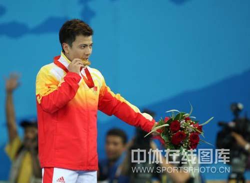 图文-男子举重62公斤张湘祥夺得金牌 和大家分享