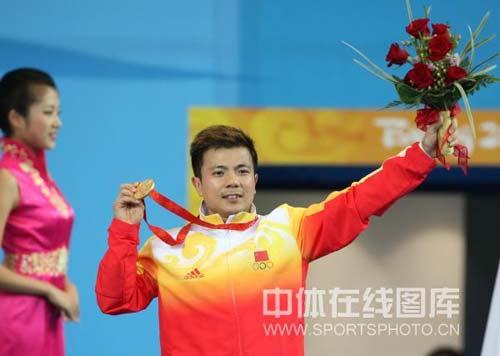 图文-男子举重62公斤张湘祥夺得金牌 鲜花和美女