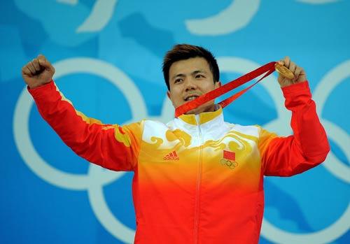 图文-举重62公斤级张湘祥夺金 振臂高呼胜利