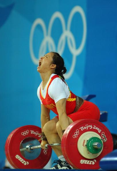图文-女子举重58公斤级比赛 陈艳青大发神威
