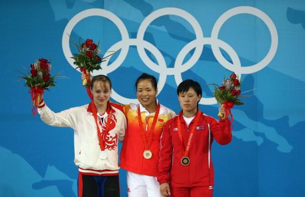 图文-女子举重58公斤级比赛 前三名合影留念