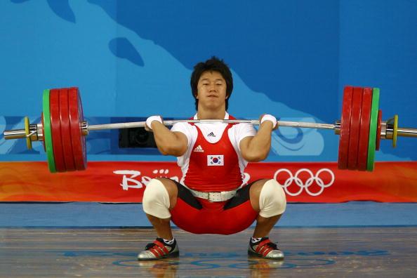 图文-举重77公斤级李宏利摘得银牌 杠铃如此之重