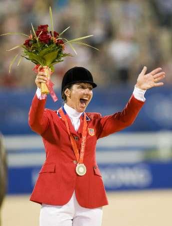 图文-马术三项赛个人赛决赛 迈尔斯庆祝获得奖牌