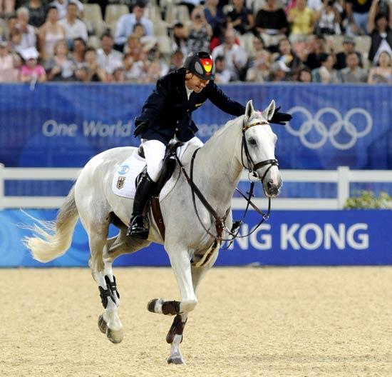 图文-马术障碍赛精彩回顾 拍拍爱马作鼓励