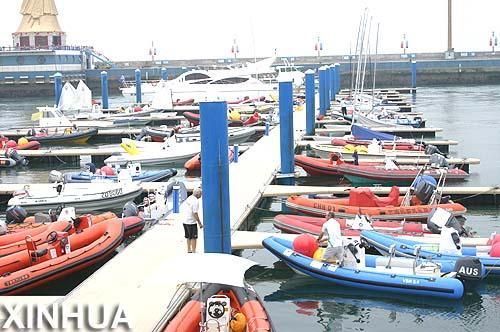 Limpian de algas área de entrenamiento olímpico náutico