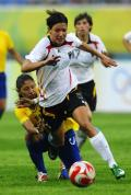 图文-[奥运会]德国女足0-0巴西 布雷索尼克拼抢
